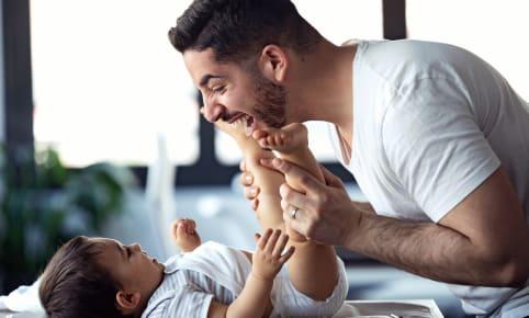 Quand papa reste à la maison pour s'occuper de Bébé
