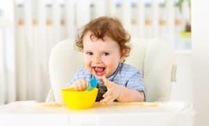 De maaltijd van een 8 maanden oude baby