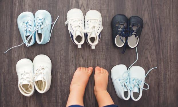 Hoe kies ik een goed 'eerste schoentje' voor een baby die begint te stappen?