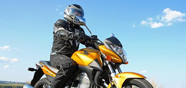 hombre subido a una motocicleta