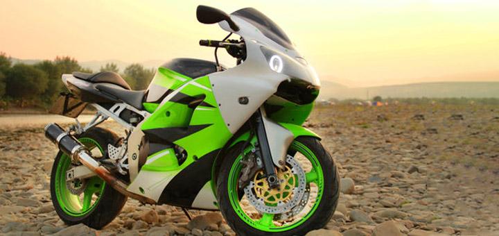 moto verde en la playa