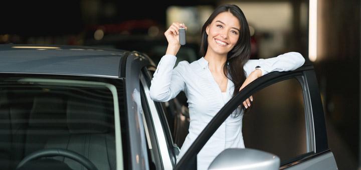mujer en un auto