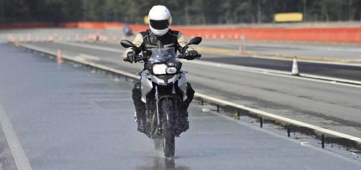 moto en una pista