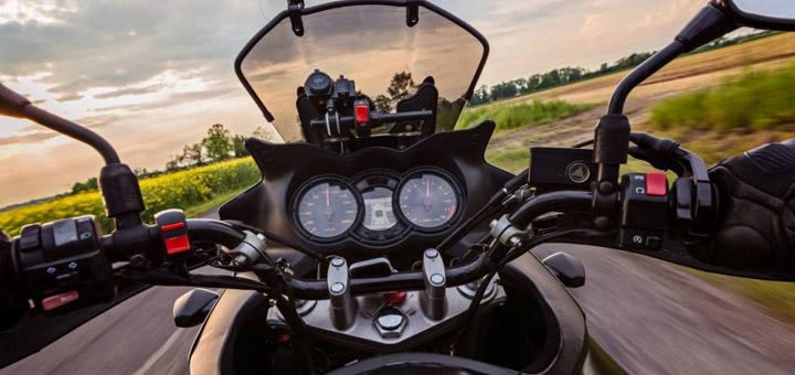 moto en una carretera