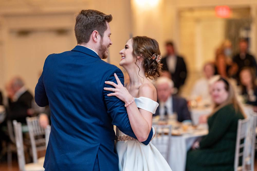How to Be Relaxed and Look Natural in Wedding Photos