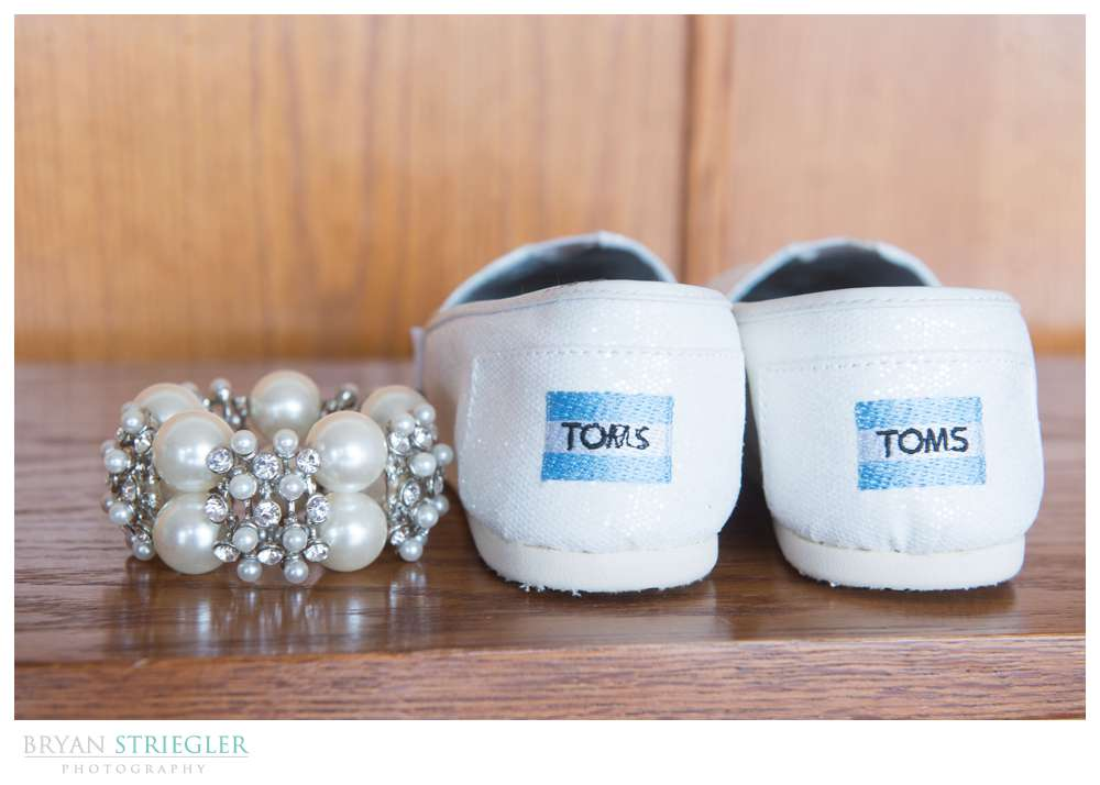 Fayetteville wedding photographer Toms and bracelt