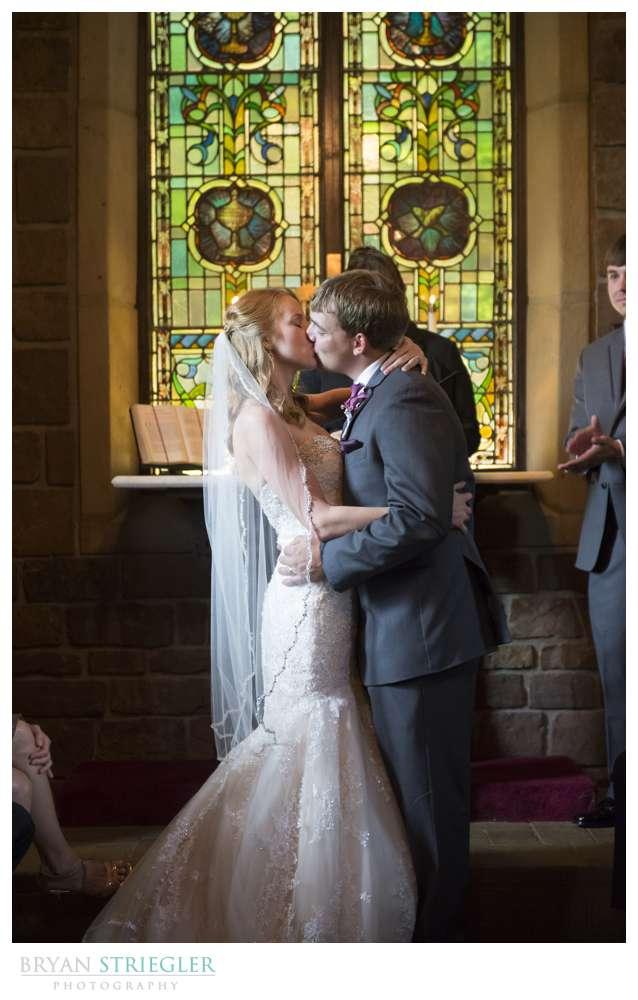 Northwest Arkansas Wedding  kiss