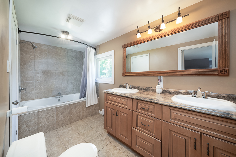 Semi-Ensuite Bathroom