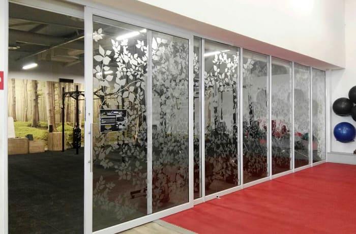 Aluminium stack away doors