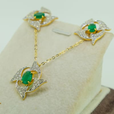 Yellow gold 18k , emerald and diamond flower earring and pendant set image
