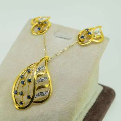Yellow gold 18k beautiful leaf blue sapphire and diamond earring and pendant set image