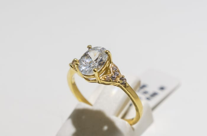Solitaire engagement yellow gold 9k and diamond ring with crystals on band