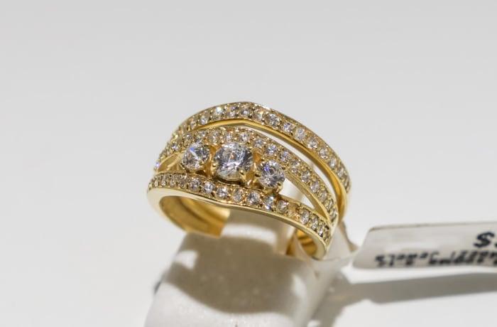 Wedding set yellow gold 9k 3-stone diamond and crystal split shank ring
