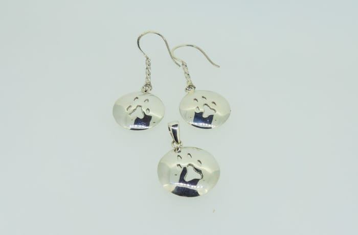 Silver pendant and earrings set with lion footprint