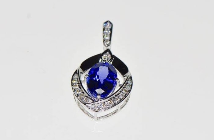 Necklaces - Oval Pendant Tanzanite on Diamonds in white gold