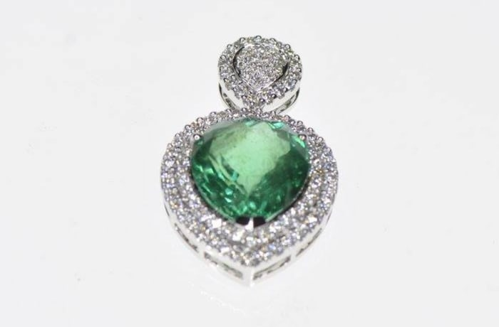Necklaces - Pendant Emerald on Diamonds in white gold