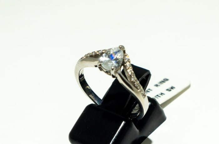White gold 'V' split band with pear cut diamond with crystals ring