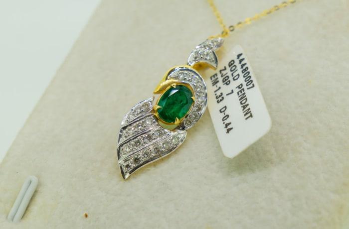 Yellow gold 18k emerald and diamond leaf pendant