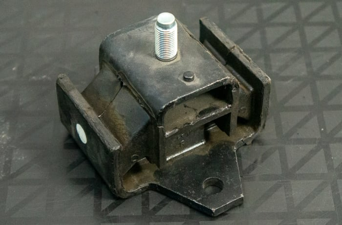 Nissan - Engine Mount left