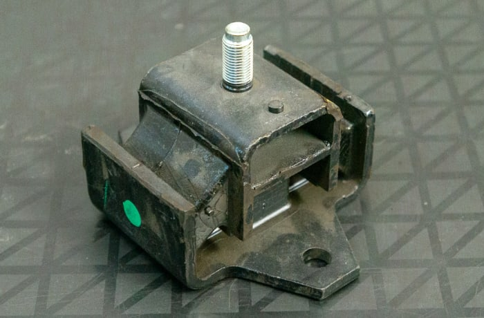 Nissan - Engine Mount right
