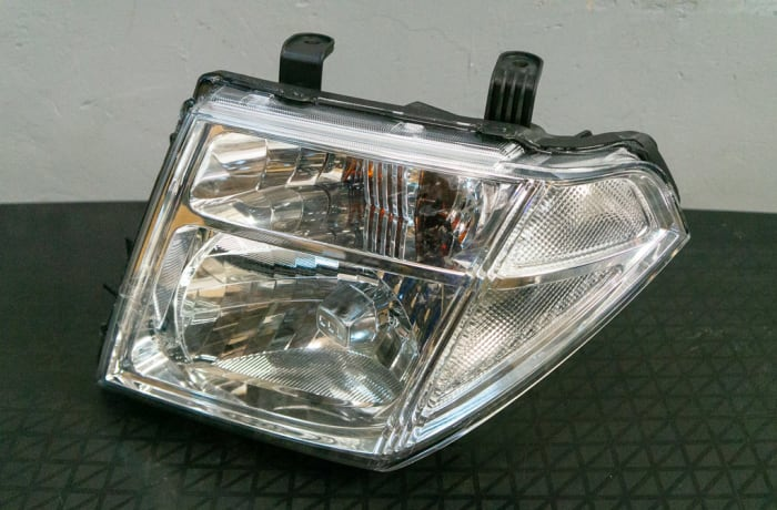 Nissan Navara D40 - Head Lamp