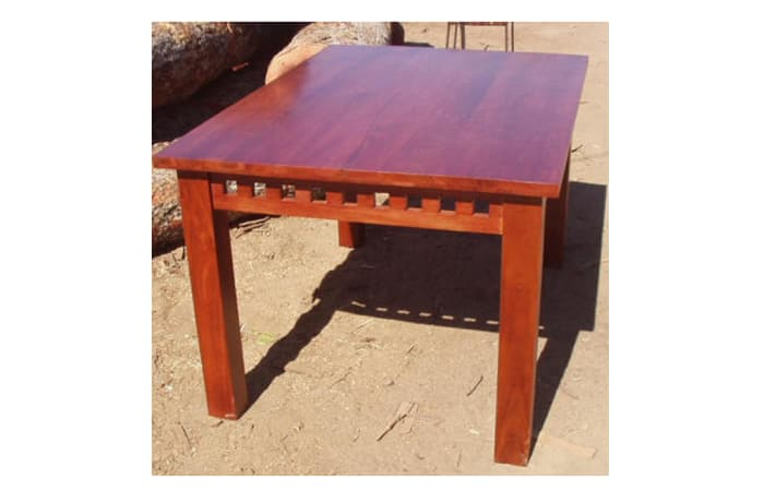 Dining table 6-seater with blocky feature