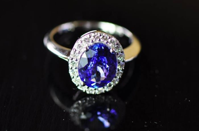 Tanzanite Oval Ring White Gold surrounded by Diamonds