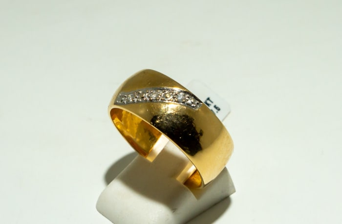 Yellow gold 18k men's wedding with paving of diamond image