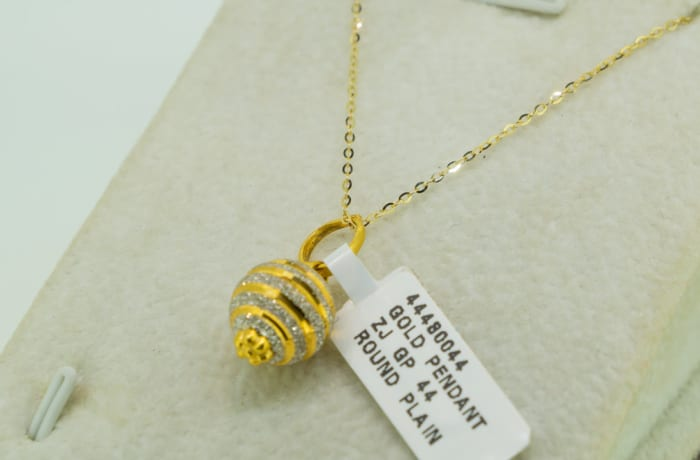 Yellow gold 18k and crystal stripe round pendant image