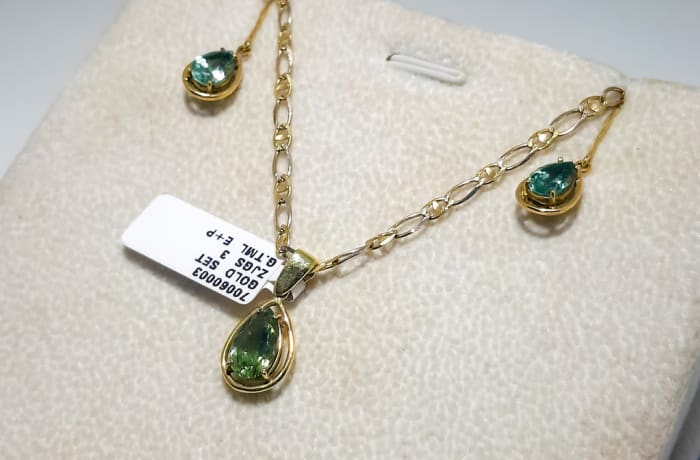 Yellow gold 18k green tourmoline tear drop necklace and earrings set image