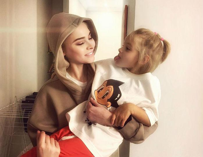 «Юная модница»: мама Тимати запечатлела внучку в объемном пуховике на прогулке