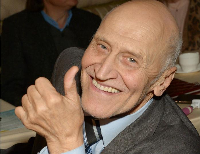 На стиле: 83-летний Николай Дроздов позировал весь в Gucci, примерив трендовый галстук