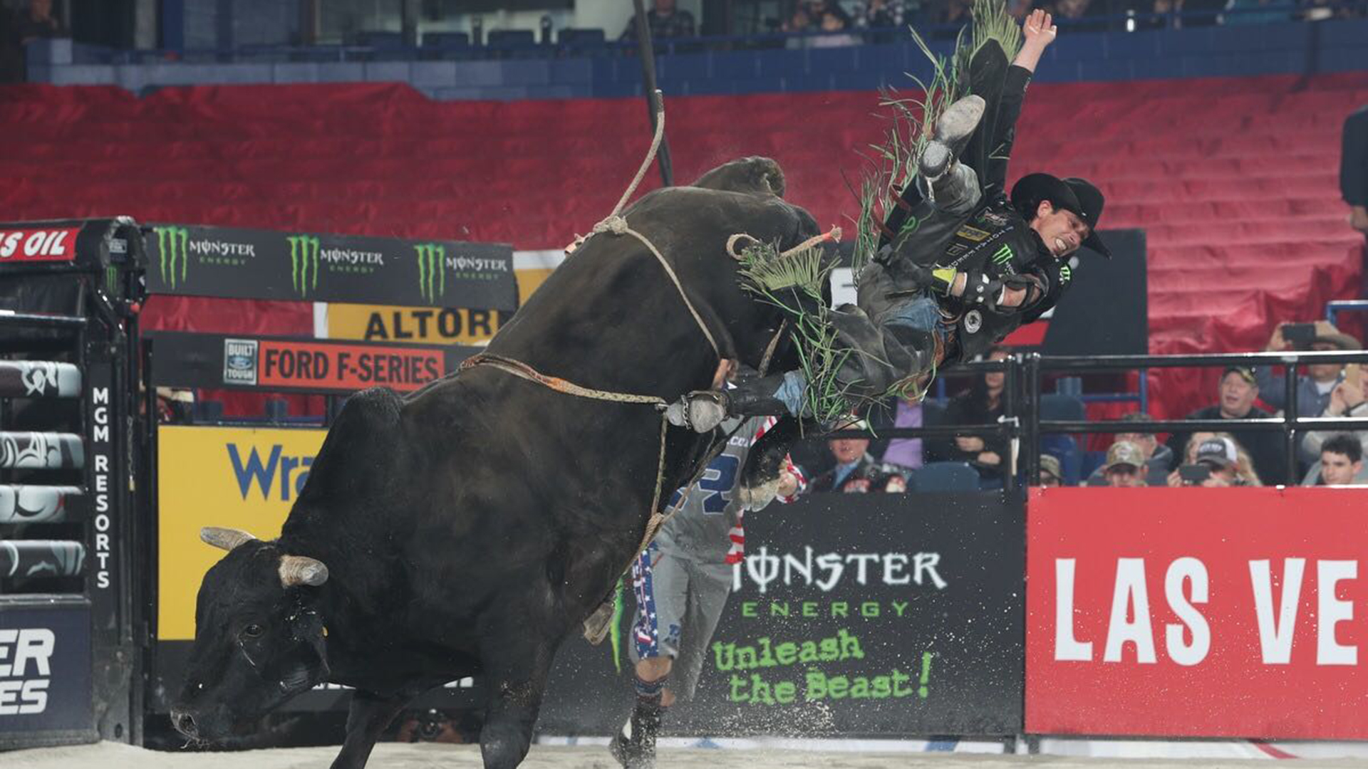 1d8c21b2ab974 Mauney potentially fractures his wrist in Chicago