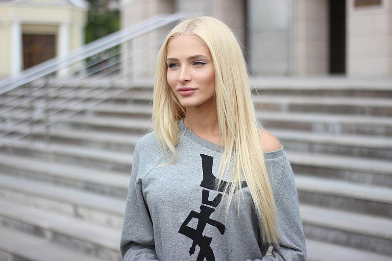 Алена Шишкова сделала панк-прическу и перекрасила волосы в розовый цвет