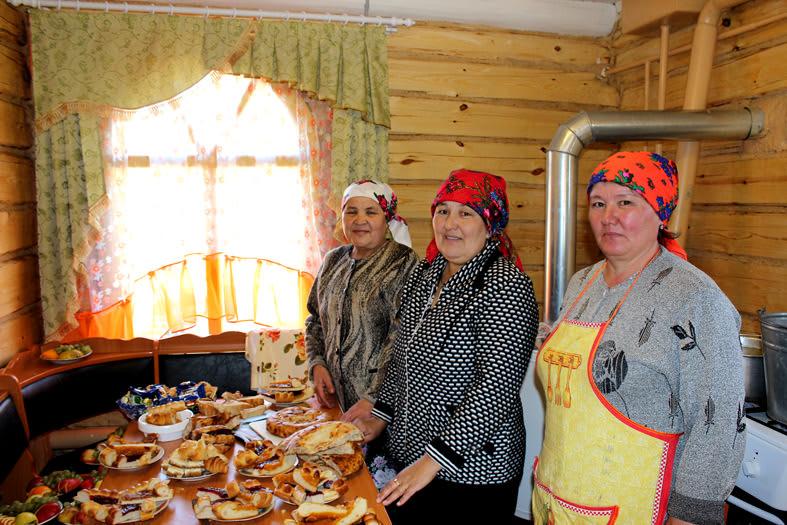 женщины готовят праздничный обед