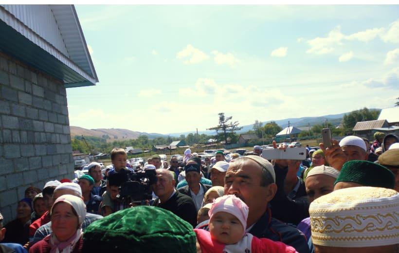 жители деревни возле мечети