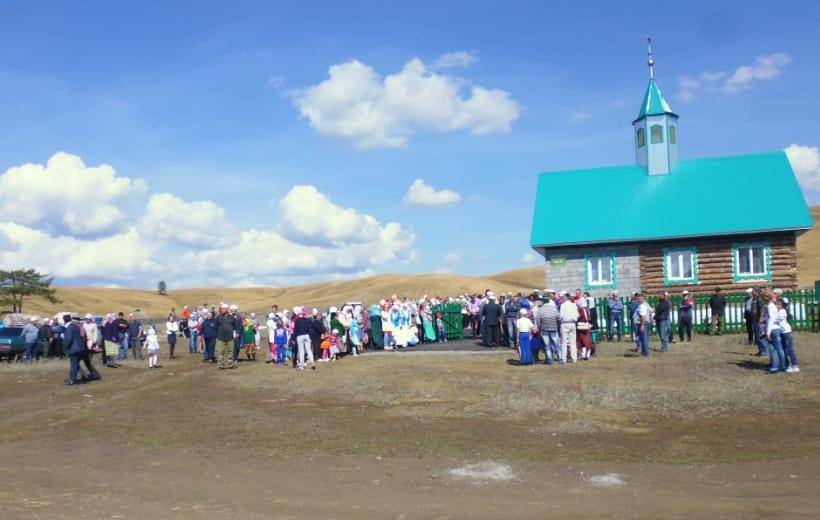 сход народа возле мечети