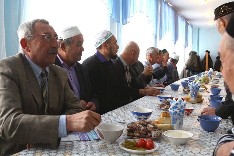 за столом, мусульмане