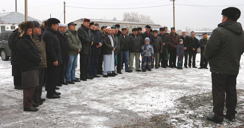 мусульмане которые присутствуют в открытии мечети в деревне Абзелилово