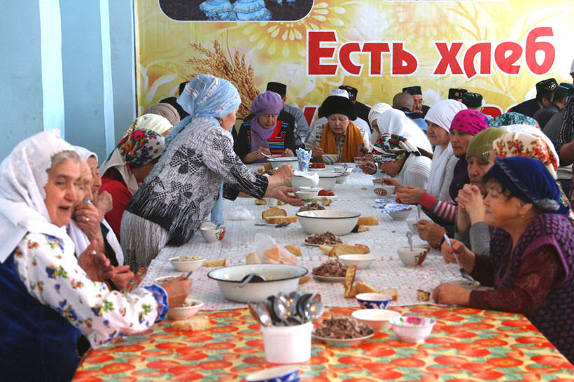 праздничный стол в честь открытия мечети