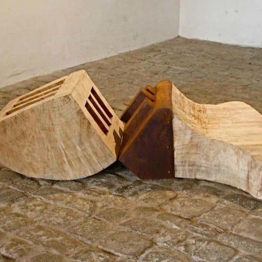 Liegende Schlitzfigur, Stahl und Holz