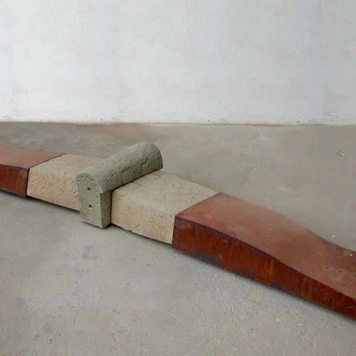 Figur, liegend, Stein und Stahl