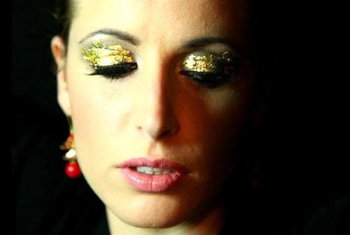 Makeup per Capodanno: Trucco Luminoso e Sexy con Foglie d'Oro