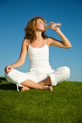 donna-acqua-bottiglia.jpg