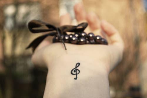 tatuaggio chiave musicale polso