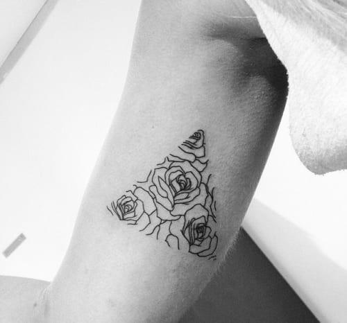 tatuaggio rose triangoli braccio