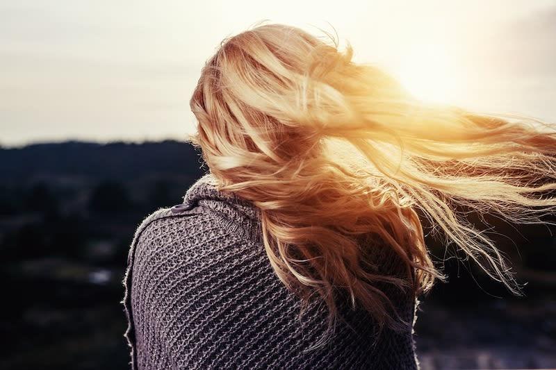 Donna con capelli biondi lunghi