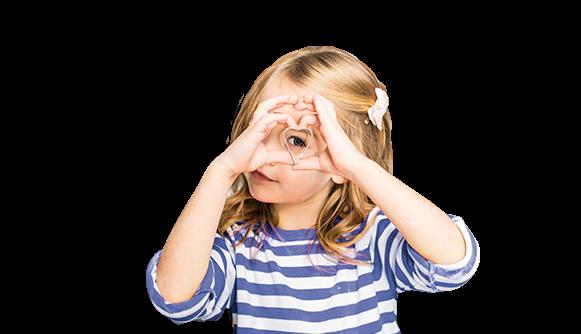 dziecko patrzące przez foremkę w kształcie serca