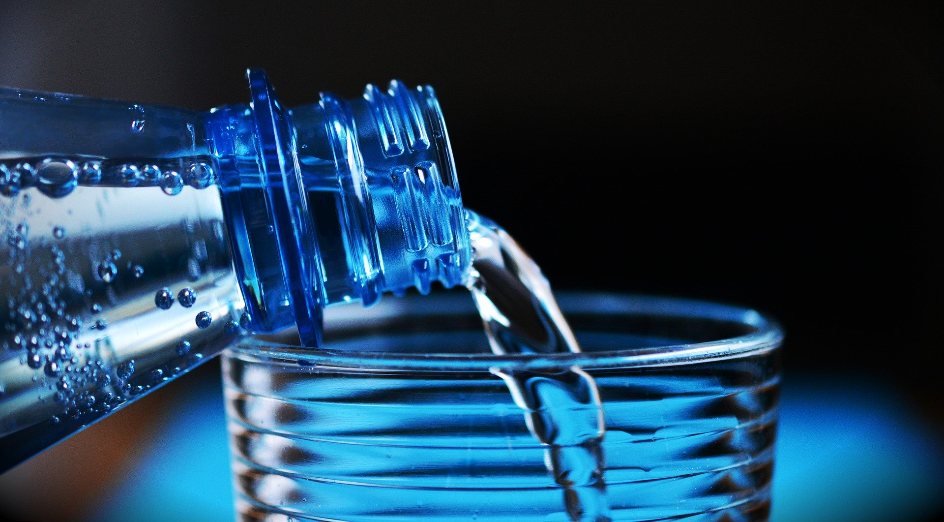 woda nalewana do szklanki z butelki