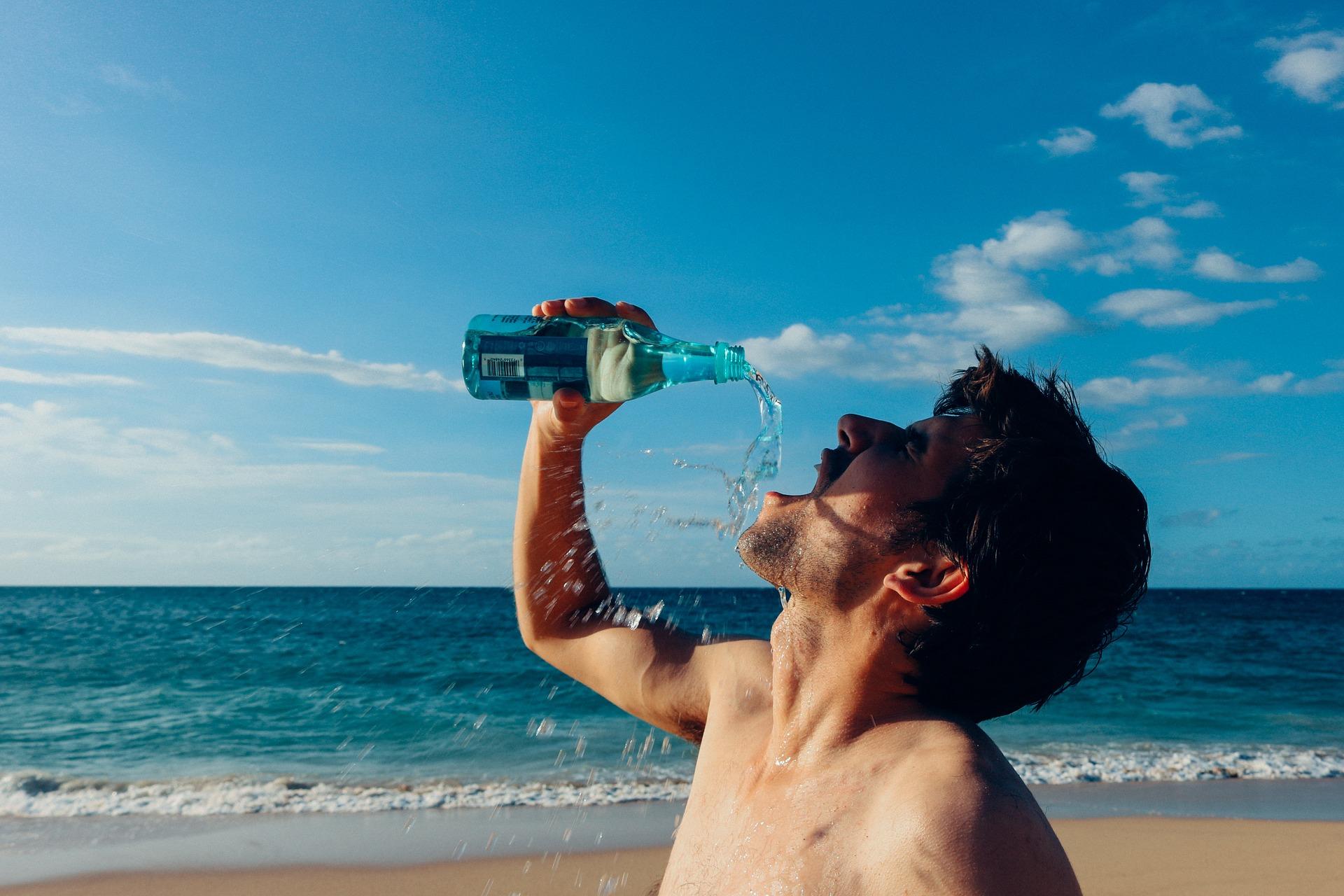 spragniony człowiek pijący wodę